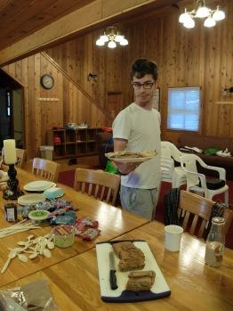 José ramène les bagels grillés pour le petit déjeuner