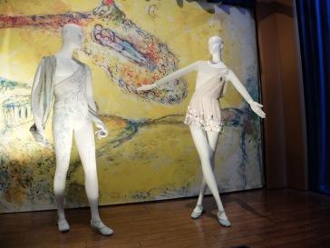 « Costumes for 'Daphnis and Chloe': Daphnis and Chloe », 1959 : le parti pris de costumes plus sobres pour les héros de l'histoire est assez amusant…