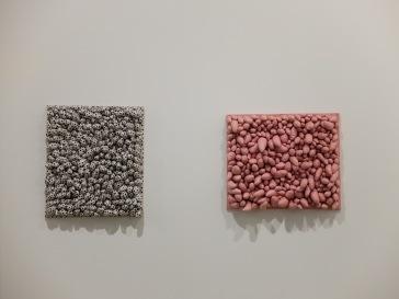 """""""Blue Spots"""", 1965 (à gauche) et """"Red Stripes"""", 1965 (à droite)."""