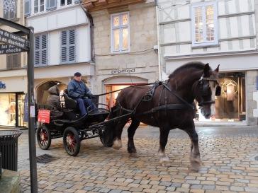 Pendant les périodes de fêtes, il était possible de faire un petit tour en calèche : de quoi ajouter au caractère pittoresque de la ville.