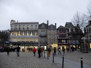 Grands magasins et vieilles habitations sur rues pavées : c'est un peu l'image que je garde de Quimper.