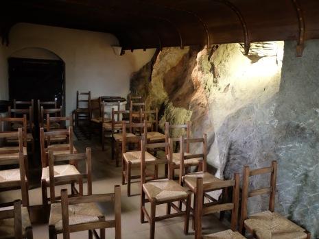 Une architecture tellement étrange ! Des chaises à côté de rochers...