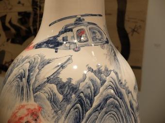 """Un détail de """"Under Construction"""" de Bui Cong Khahn, 2012. Un vase de porcelaine, parodie des traditions."""
