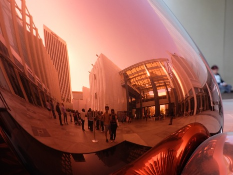 On peut toujours interagir avec l'oeuvre, en se prenant en photo dans la surface cuivrée du ballon. Coucou, nous sommes au LACMA !