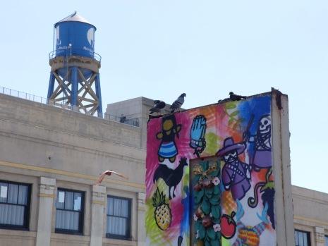 Décor de cinéma, peinture et des pigeons en guise de stars.