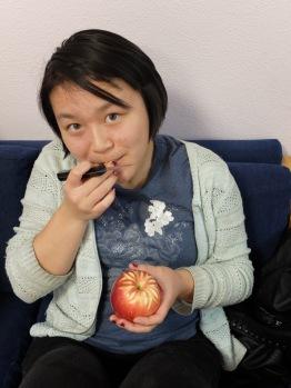 Kathryn est définitivement une des personnalités les plus créatives dans le groupe... Voyez cette adorable pomme !