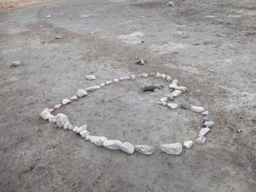 Un coeur sur une partie asséchée du lac. Si l'eau remonte, ce serait très poétique d'avoir ce coeur enfoui au fond de l'eau.