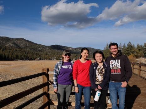 Photo de groupe avec la belle lumière de fin de journée.