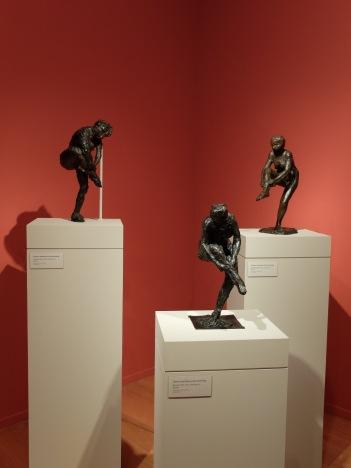 Une série de trois statuettes de danseuses réajustant leurs bas.