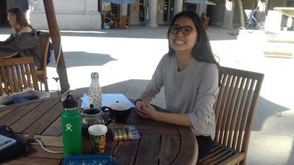 Lorsqu'Ariane et moi nosu promenons avec la théière de thé pour aller étudier dehors !