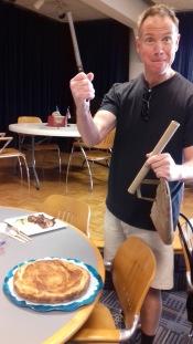 Robert, ancien étudiant de Pomona et désormais professeur de français dans un lycée près d'ici. Quand il vient à Oldenborg, il ramène des palmiers faits maison ou cette galette des rois (du mois de Mars) à la fleur d'oranger. Délicieux !