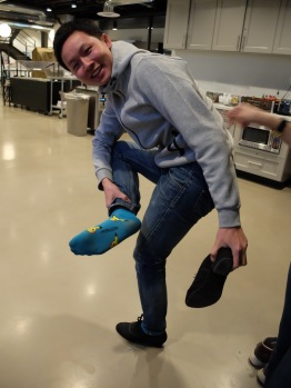 Bob nous présente ses chaussettes Pikachu avec beaucoup de fierté et d'enthousiasme, comme à son habitude.