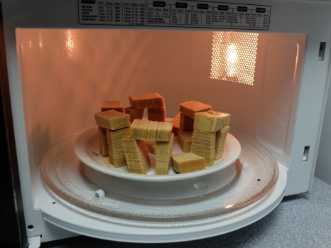 On l'a découpé en morceaux et on a recréé Stonehenge. Deux historiennes de l'art jouant avec un gâteau...