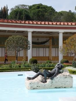 Sculpture sur l'eau, arbres sculptés, colonnade et peinture en trompe-l'oeil. Tout est réuni pour créer le cliché de la villa antique.