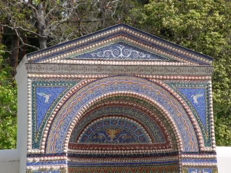 Une fontaine décorée de mosaïque. Le bas de la fontaine est visible sur l'instantané à gauche (photo du bas)