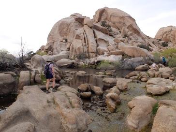 Paradisiaque ! Les plus aventureux peuvent même essayer de sauter de rocher en rocher.