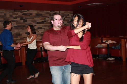 Sergio et une inconnue, dans une danse aux couleurs assorties.