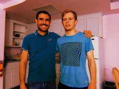 Guillaume et Isaac avec t-shirts assortis.