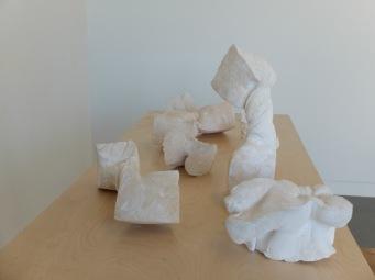 Voilà à quoi ressemblent quelques unes des oeuvres de Sarah. Je regrette de ne pas avoir pris de photos des tables qu'elle a également réalisées elle-même.