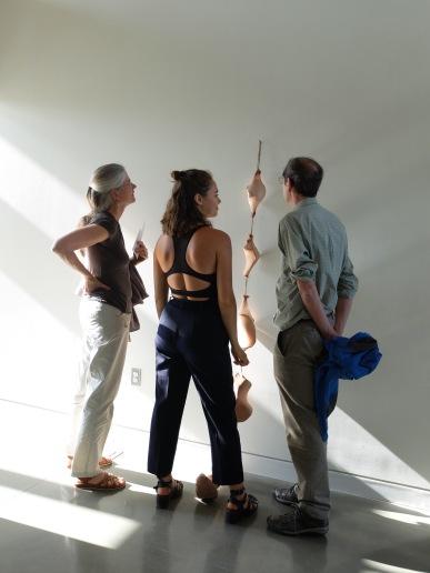 """Sara et ses parents devant une de ses oeuvres pour une exposition intitulée """"Somaesthesia"""". Une grande artiste en devenir, qui me rappelle parfois Ernesto Neto..."""