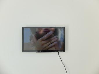Une fois qu'on voit la vidéo à la fin de l'exposition, on comprend mieux les formes étranges de ses oeuvres modelées sur son propre corps. Notre regard change, tout devient plus intime et émouvant. Le fait que l'on ait le droit de toucher les oeuvres renforce encore plus cette impression.