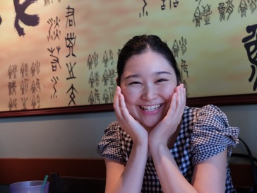 Ayaka, heureuse dans un restaurant japonais.