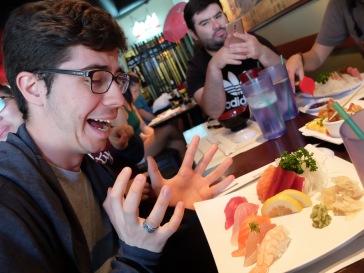 José regarde mon assiette et me dit qu'il voit son pire cauchemar incarné : poisson cru, gingembre et wasabi, trois aliments qu'il déteste par-dessus tout.