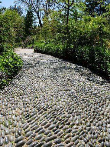 Une allée censée symboliser une rivière. Visuellement, la texture de l'eau est très bien représentée. Au toucher, on a envie de marcher pieds nus sur les cailloux pour profiter de la sensation agréable de massage.