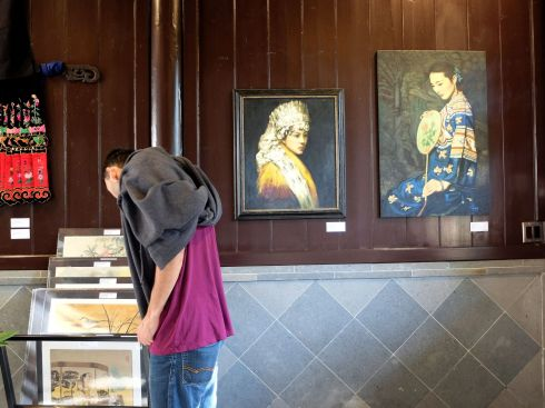 Isaiah étudie les peintures de l'exposition temporaire.