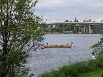 """""""Keep Portland Weird"""" Plusieurs personnes s'entraînent à la course sur ces drôles de bateaux colorés en forme de dragons."""