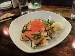 Tranches de saumon sur bol de riz : un délicieux classique.
