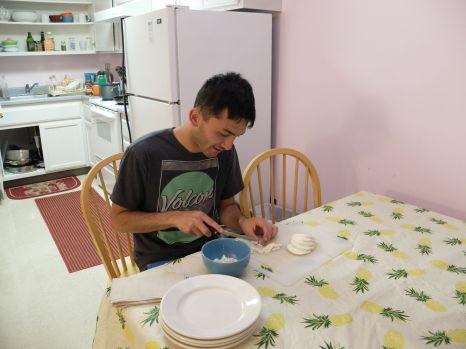 Isaiah à la cuisine : je n'ai jamais connu quelqu'un couper la mozzarella de manière aussi méticuleuse.