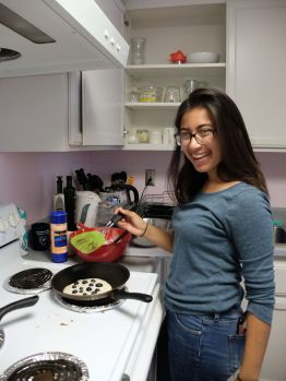 Cynthia me prépare un pancake aux myrtilles énorme !