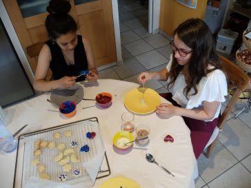 Warda et Alice, en pleine concentration.