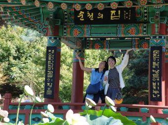 Vue sur le pavillon coréen mignon et coloré, avec Brittany et Jinyoung