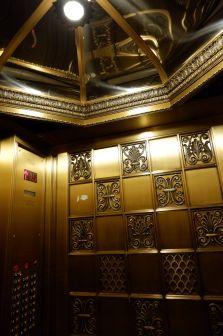 Un ascenseur luxueux... et rapide.