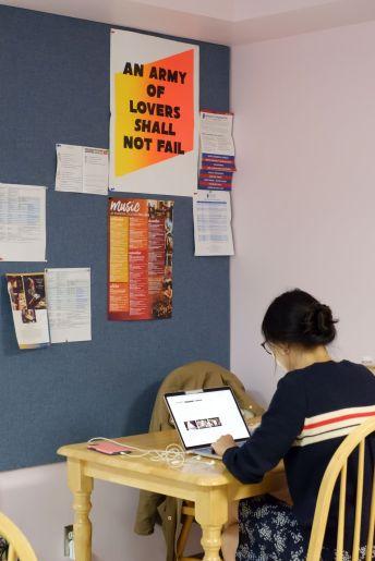 ...sauf pour Ariane qui termine d'écrire son dernier essai du semestre.