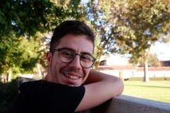 José, appuyé sur le mur séparant Pomona College de Claremont McKenna College