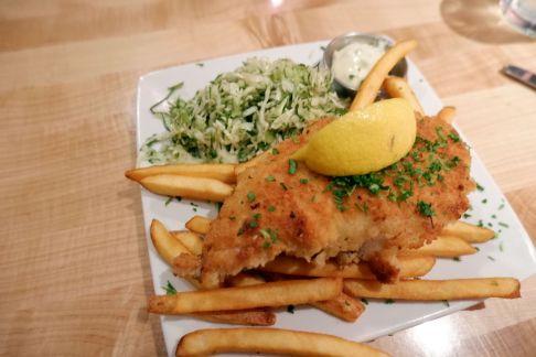 Fish'n'Chips accompagné d'un coleslaw au fenouil.