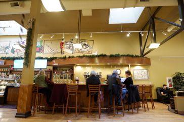 """Batdorf & Bronson Café : LE lieu de rendez-vous dans le centre-ville. Sympa, peut-être pas assez """"cozy"""" pour moi. Et un nom à découper au couteau que je continue d'écorcher. Bardorf et Brandon, Batdarf et Ronson... Bref."""