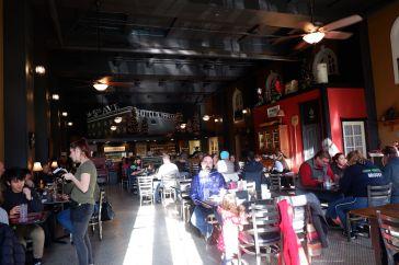 A l'intérieur du 5th Avenue Sandwich Shop : la salle est grande, mais vraiment agréable.