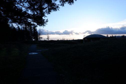 Un petit pavillon de la même forme que les monticules pour présenter le site