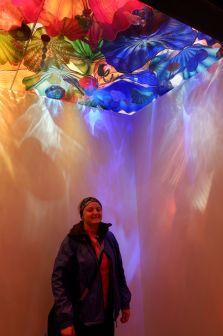 Callie sous le plafond de verre multicolore.