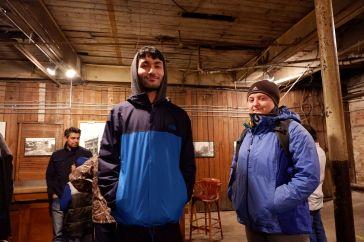 Toujours le duo assorti, manteaux bleus et couvre-chefs gris.