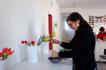 Chacun a sa coupelle remplie d'eau avec à l'intérieur, le kenzan, un pot avec des fleurs prêtes à être piquées et un sécateur.