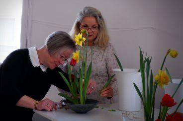 Michelle assiste Christine pour nous aider avec nos compositions (2)