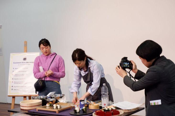 En pleine action, avec l'interprète à gauche et la photographe à droite.