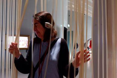 Zoe n'apprécie pas trop ces drôles de spaghettis en plastique. Ils me rappellent un peu les oeuvres de Jesus Rafael Soto donc cela m'amuse !