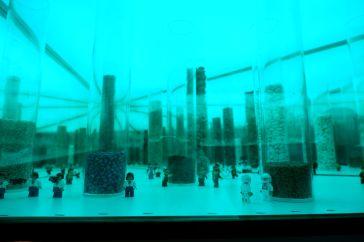 """Zenovia Touloudi, """"Silo(e)scapes"""", 2017-2019. On se penche et on relève la tête dans cette drôle d'installation qui par un jeu de miroirs, semble représenter un monde infini."""