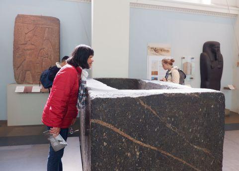 Maman, regardant à l'intérieur d'un sarcophage.